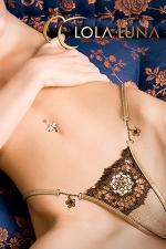 String Varna - Une rosace brodée d'esprit baroque et deux fleurs bijou couleur miel, un string étincelant.